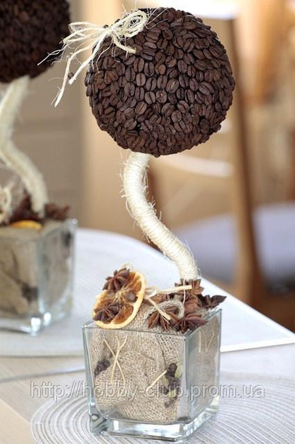 Лилия из гофрированной бумаги с конфетой своими