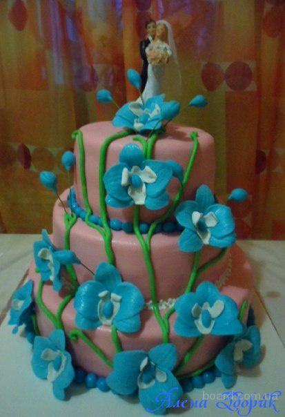 Розовый свадебный торт с голубыми орхидеями. 2 фото.