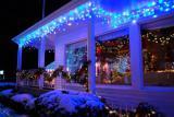 Новогоднее украшение гирляндами и декорациями