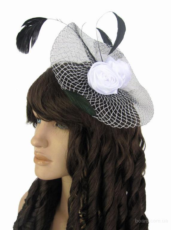 Белая дамская шляпка с черными перьями