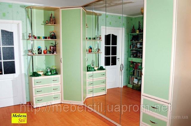 На фото: шкаф-кровать трансформер в ансамбле с полочками, тумбой, шкафом для вещей, навесной полкой и зеркалом.