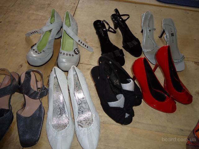 Молодежные туфли, босоножки. Обувь секонд хенд крем состояние + новая. Цена 14, 5 €/кг.
