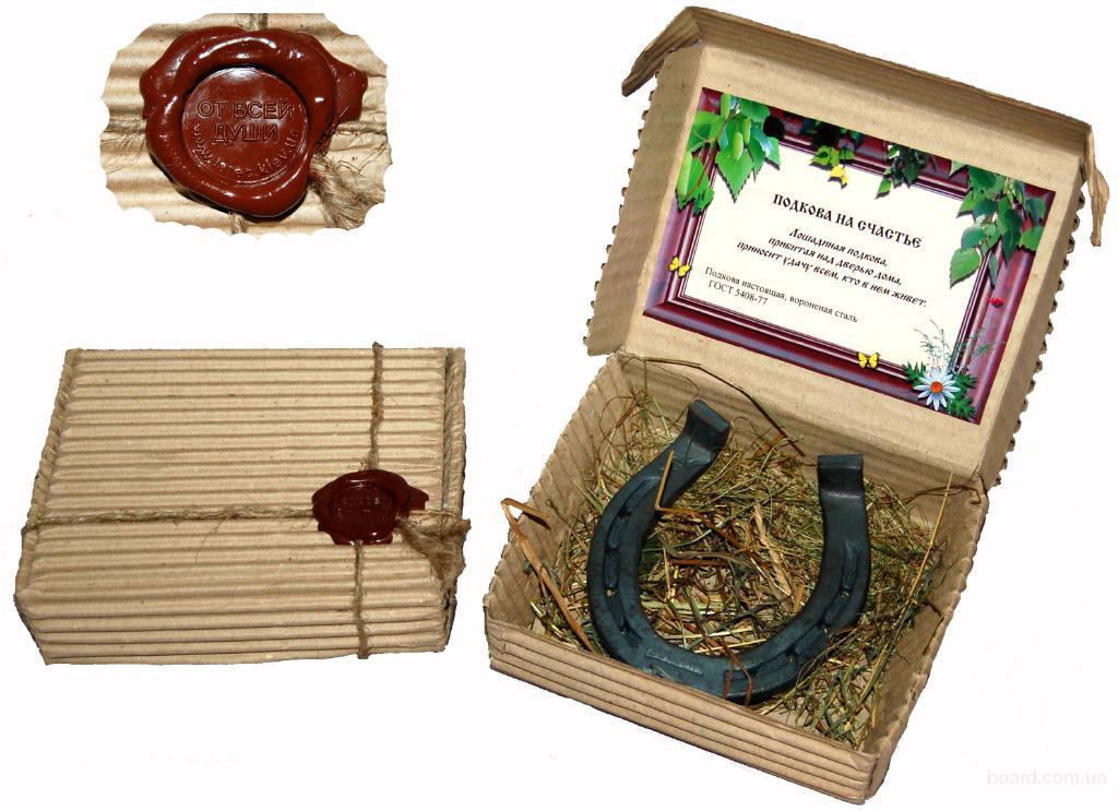 корпоративные подарки для коллег, карта Украины на полотне, сувенирная тарелка петриковская роспись, подкова на счастье