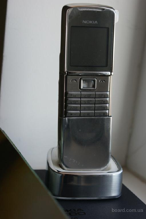 В отличие от nokia 8800, нет такого металлического звука при раскрытии, аппарат более тихо раскрывается, спокойно
