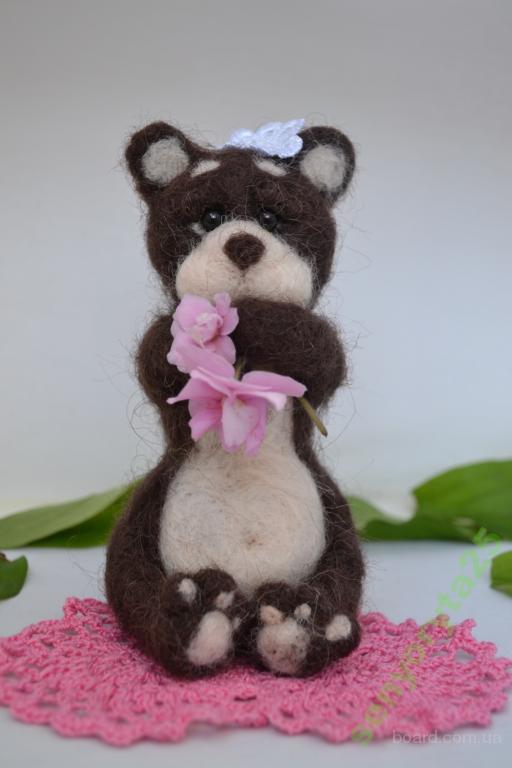 Игрушка-сувенир ручной работы из шерсти. Мишка девочка. Валяние