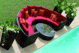 Радиусный, круглый диван из ротанга.