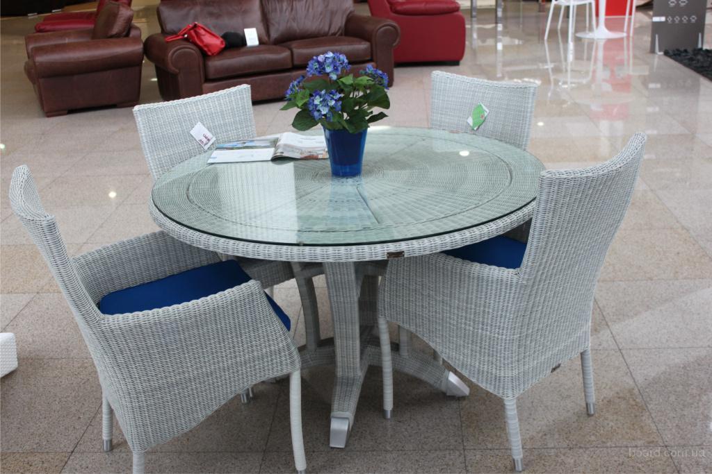 Белый стол из ротанга