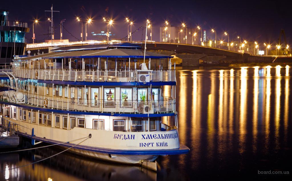 Отель-теплоход на берегу Днепра «Богдан Хмельницкий»