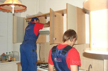 Сборщик мебели разберет или соберет кухню