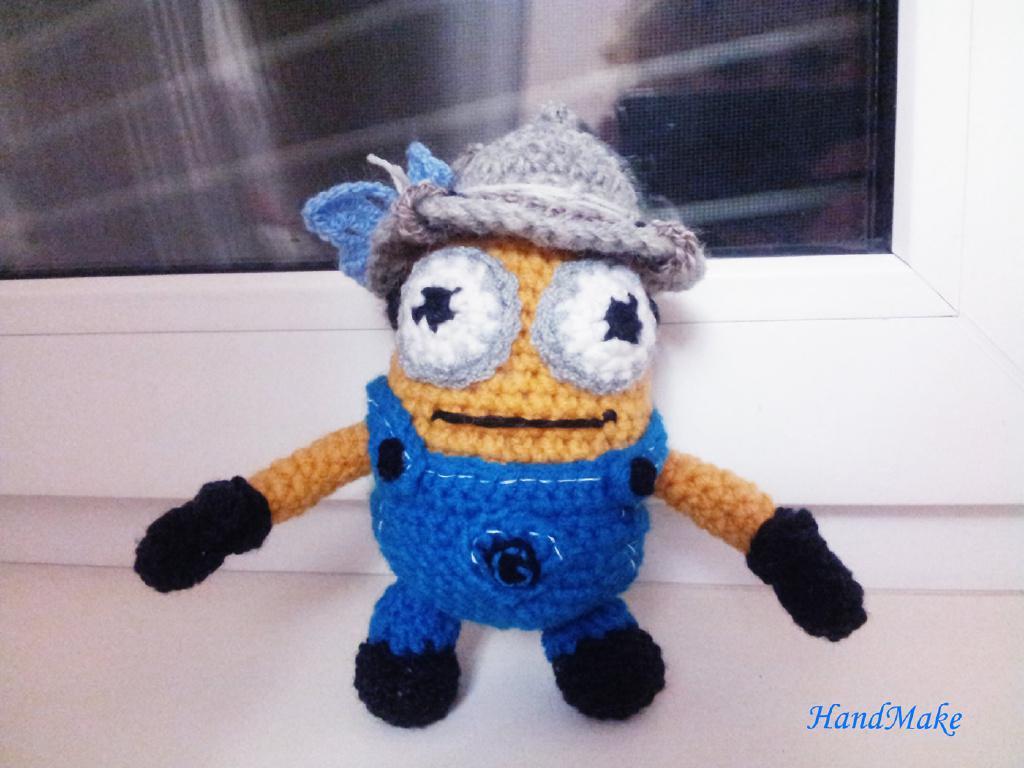 Миньон –Охотник, вязаная игрушка