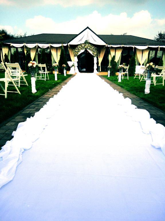 Красочное оформление цветами, шикарные арки на свадьбу, изысканный букет невесты