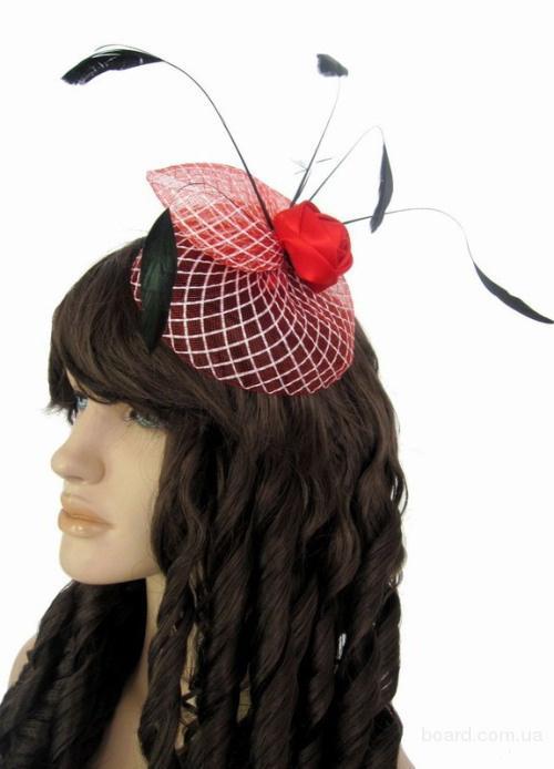 Маленькая шляпка с  красной розой и перьями