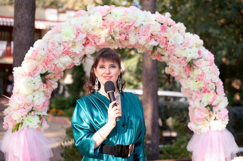 Ведущая выездной церемонии Валентина Коло