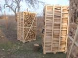 Колотые дрова твердых пород.