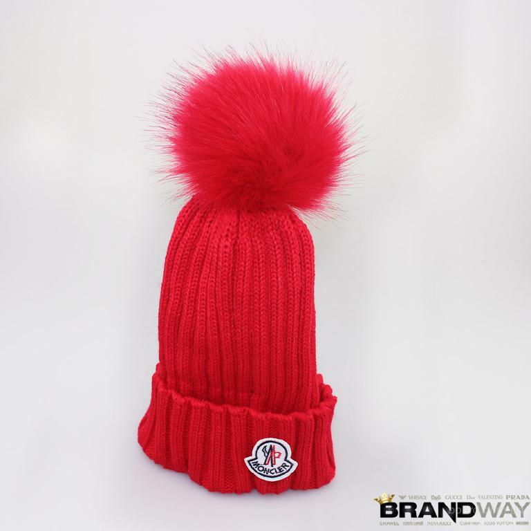 Стильная красная женская шапка