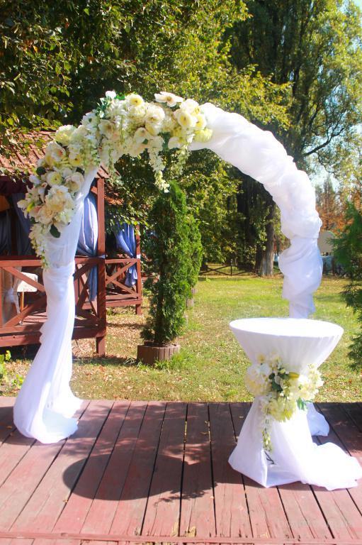 Свадебная дорожка прокат Киев, украшение свадебной церемонии, арка Прямоугольная свадебная арка и столик от 600 грн.