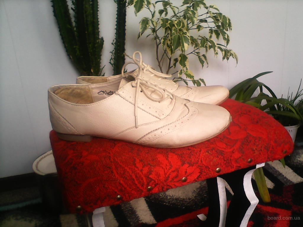 Ботиночки белого цвета со шнурками. Размер 37,5