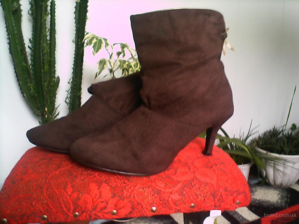 Ботинки (ботильоны) коричневого цвета с золотой каймой