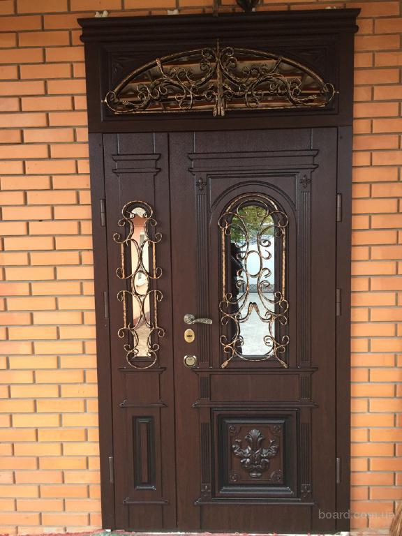 белые двустворчатые входные двери для коттеджей и загородных домов