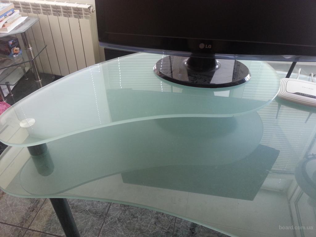 Компьютерный стол  127 х  80 х  67 см.