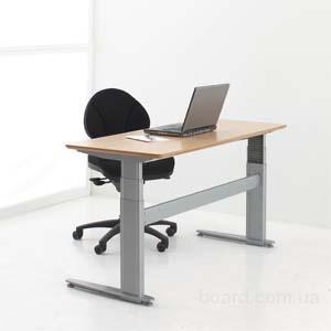 Комп'ютерні столи з регульованою висотою.