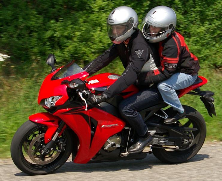Покататься на спортивном мотоцикле пассажиром в Киеве Экстремальный отдых на мотоцикле с водителем