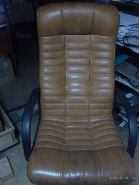Продам два кожаных кресла: черного и рыжего цвета