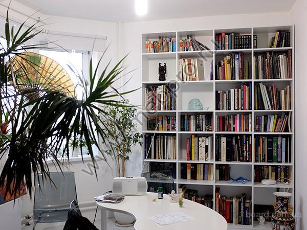 Ищете где купить настенную полку для книг?