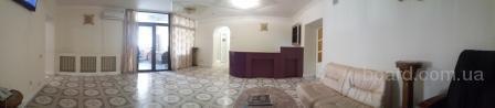 Кресло парикмахера в холле действующего салона красоты.