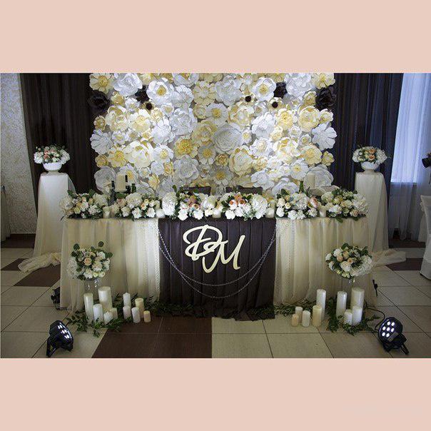 Украшение стены сзади свадебного стола, оформление свадебного стола