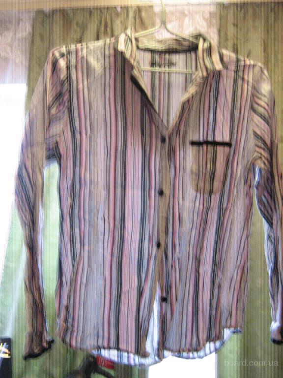 Женская рубашка в полоску с обтянутыми тканью пуговицами.