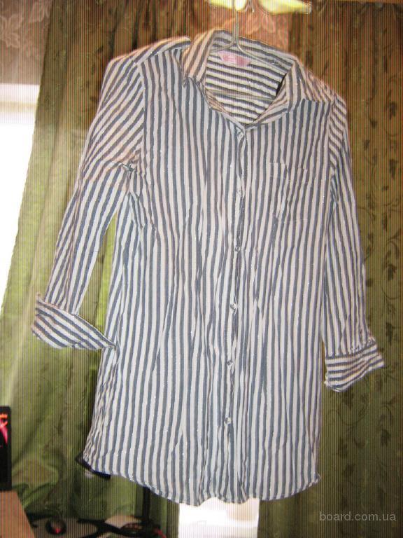 Женская рубашка в полоску с длинным рукавом.