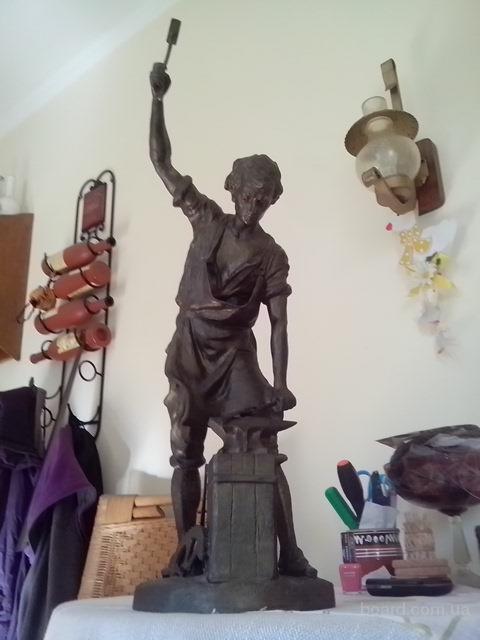 Старинная скульптура Кузнец