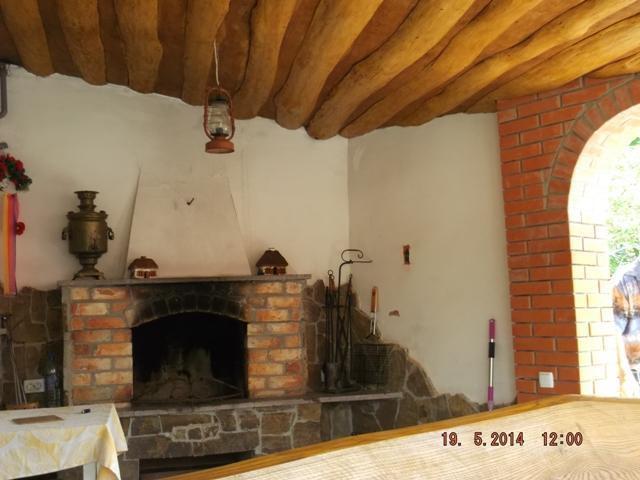 Небольшой дом с камином на террасе