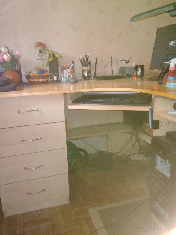 Продам компьютерный стол в отличном состоянии