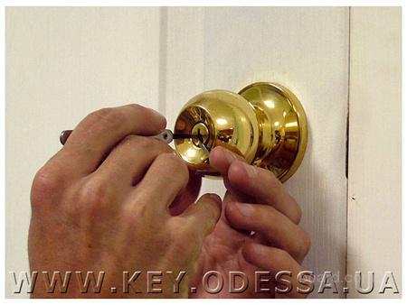 Замена замков в межкомнатных дверях