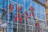 Монтажники металлических строительных лесов, помощники