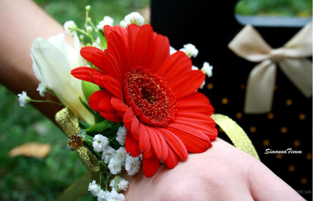 Живые цветы на руку купить киев недорого
