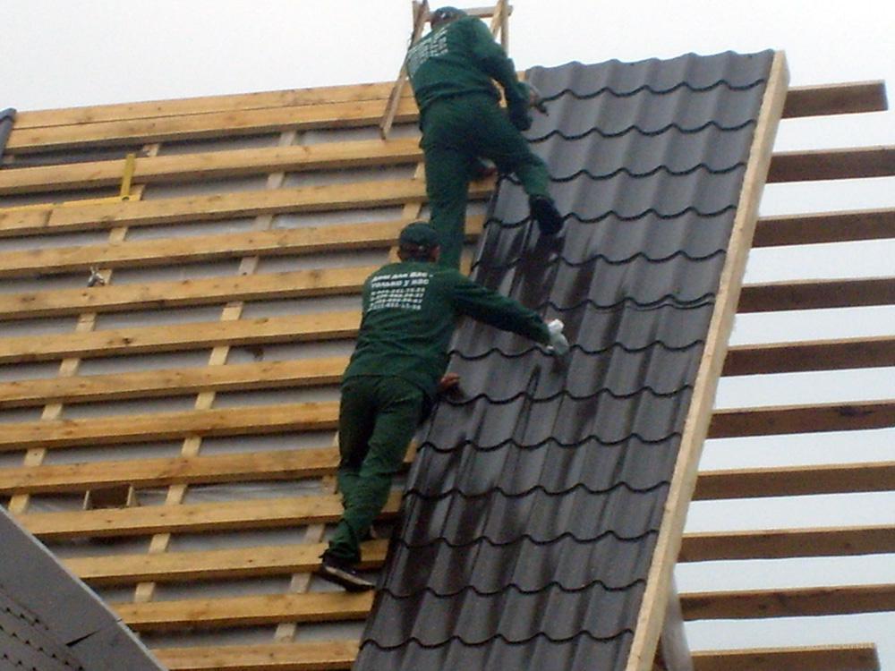 монтаж крыши из металлочерепицы видео